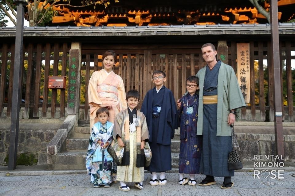写真:京都・東山で七五三記念に四兄弟で賑やかロケーション撮影