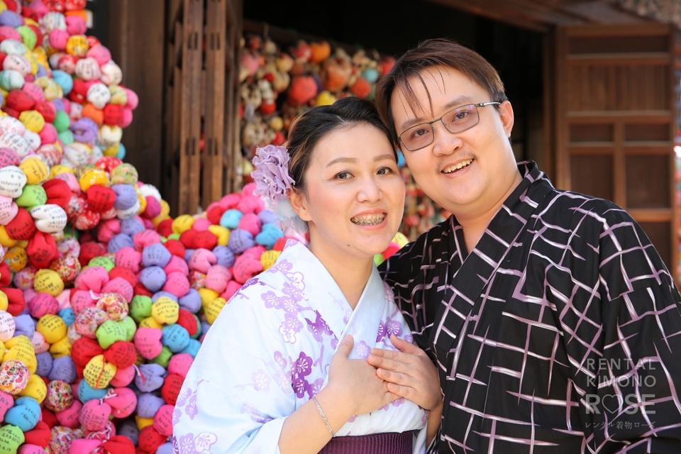 写真:海外からのお客様と一緒に、東山ぶらり散策ロケ撮