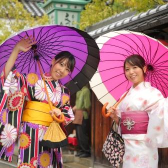 写真:雨の京都女子旅!可憐な着物姿でロケーション撮影
