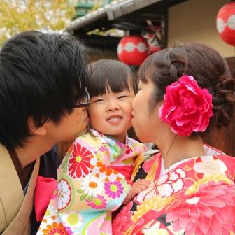 写真:可愛い着物で元気なお嬢さんとご家族のロケ撮影