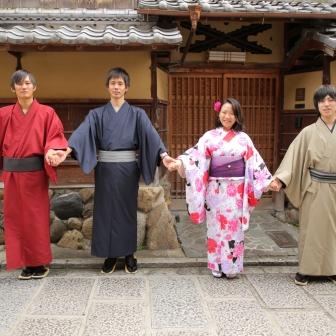 写真:女性1人男性3人の仲良しグループで京都旅を撮影