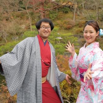 写真:着物姿で面白ポーズ炸裂!仲良し京都デート撮影