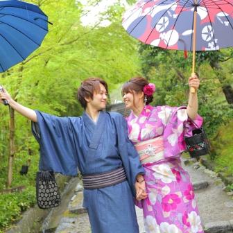 写真:雨で密着度UP!優しい歩幅と相合傘( *'ω'* )