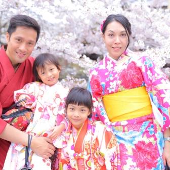 写真:祇園でジャンプ!(*´﹀`*)外国からのご家族撮影(*≧∀ノ[◎]ゝ