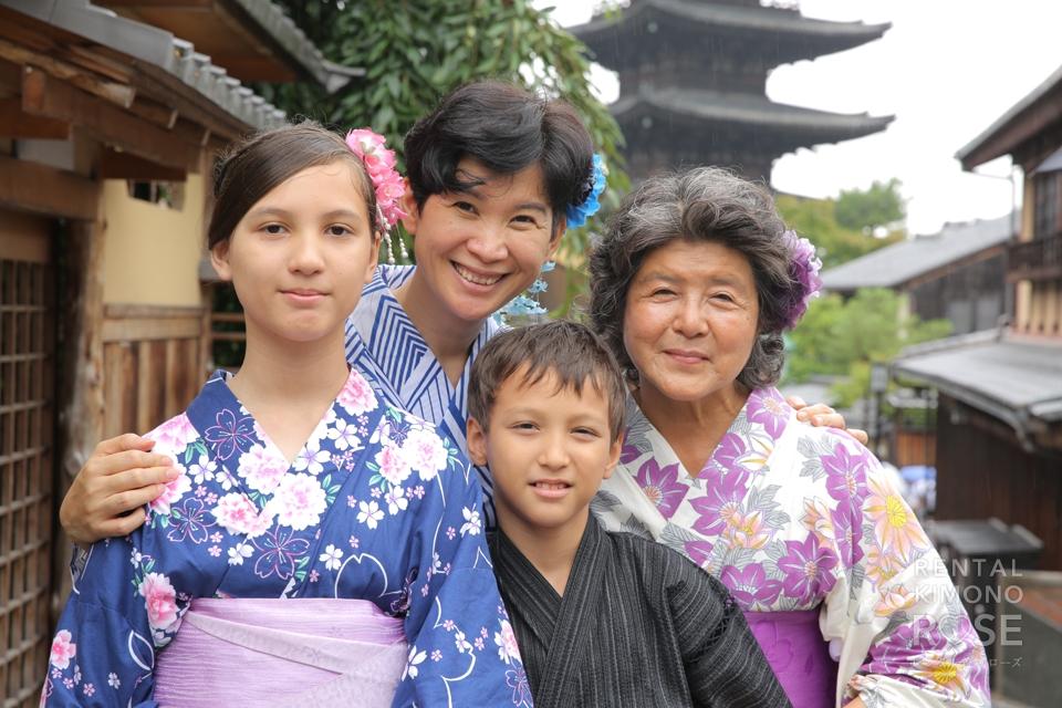 写真:小雨降るなか海外からのご家族と京都ロケ撮影