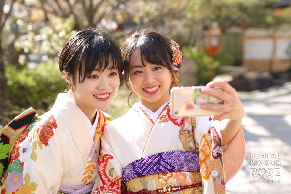 写真:桜咲く京都・安井金比羅宮でペア成人式振袖レンタルロケ撮影