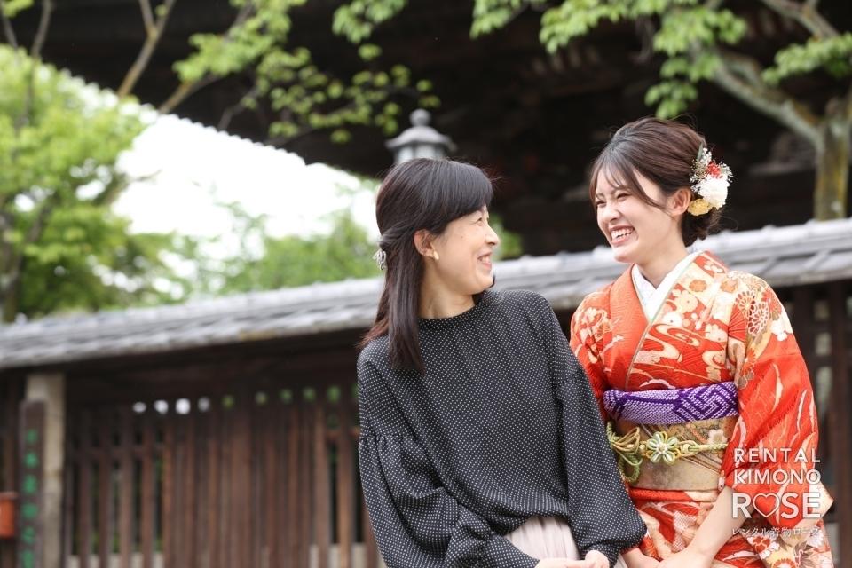 写真:お持ち込みの赤い振袖で京都・八坂の塔にて成人式ロケ撮影