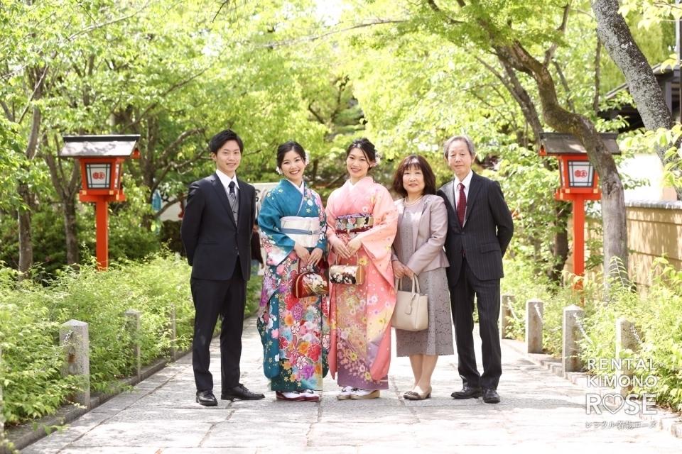 写真:京都・安井金比羅宮にてご家族で結婚前振袖持ち込みロケ撮影