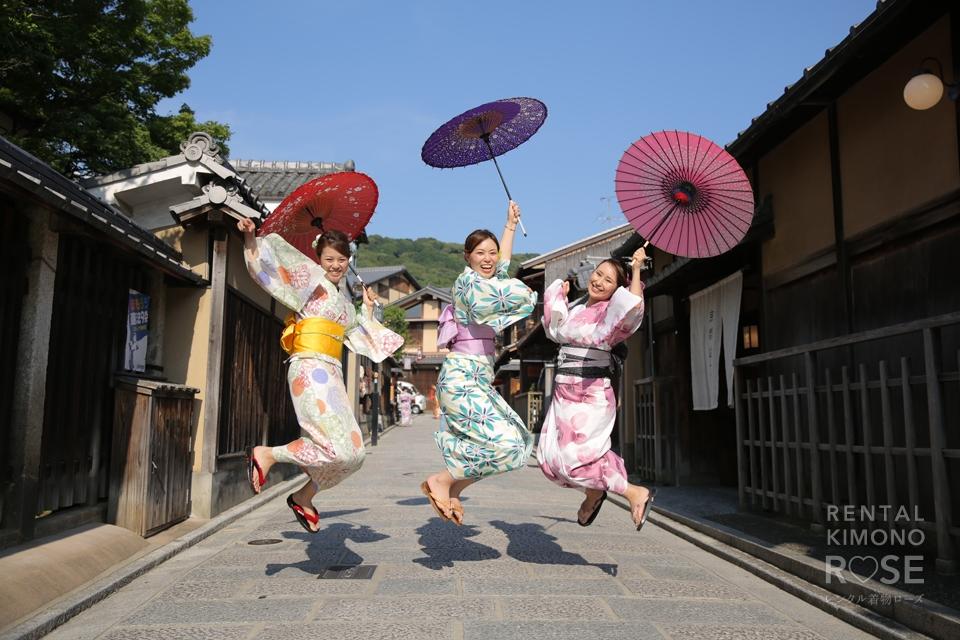 写真:学生時代からず〜っと仲良しの三人組と東山ロケ撮