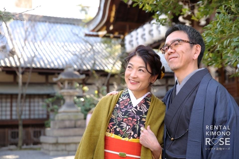 写真:京都・八坂庚申堂や八坂の塔でご夫婦の観光ロケーション撮影