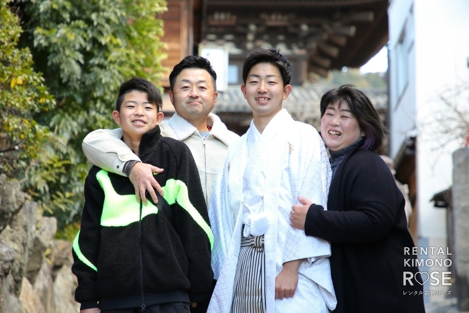 写真:成人式記念・前撮りにご家族で男性羽織袴レンタルロケ撮影