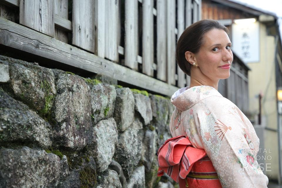 写真:京都東山の町並みで着物記念ロケ撮影