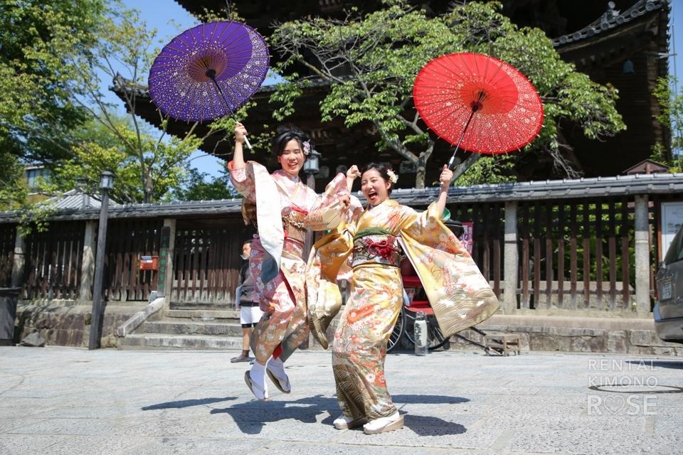 写真:お友達同士でレンタル振袖を着て京都でロケーション撮影