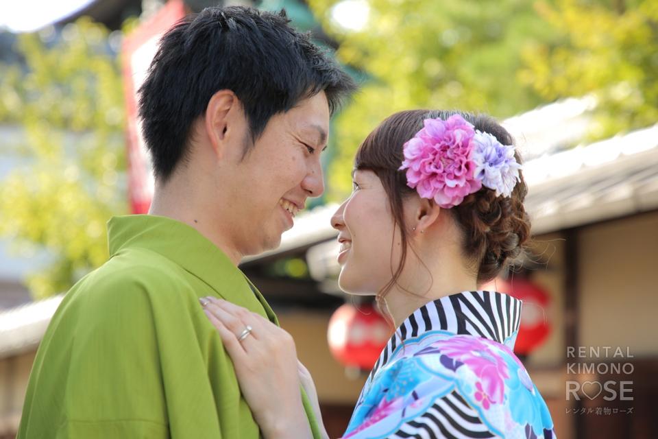 写真:明るいお色目の着物で仲良しご夫婦の京都観光ロケ