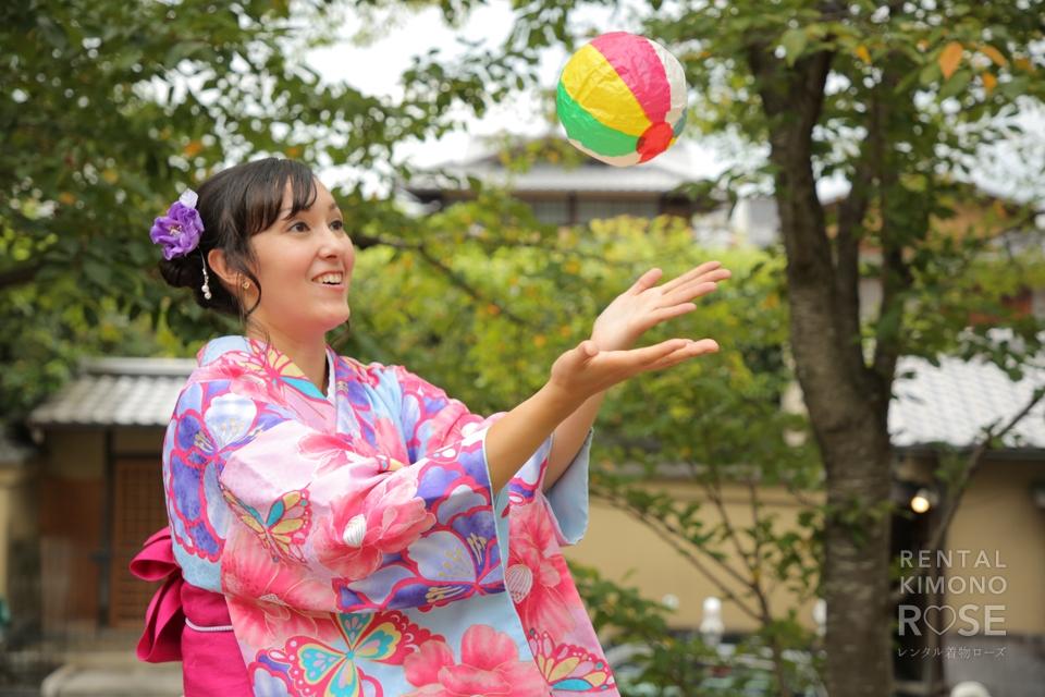 写真:紫でコーディネイトされた着物で東山ロケ撮影