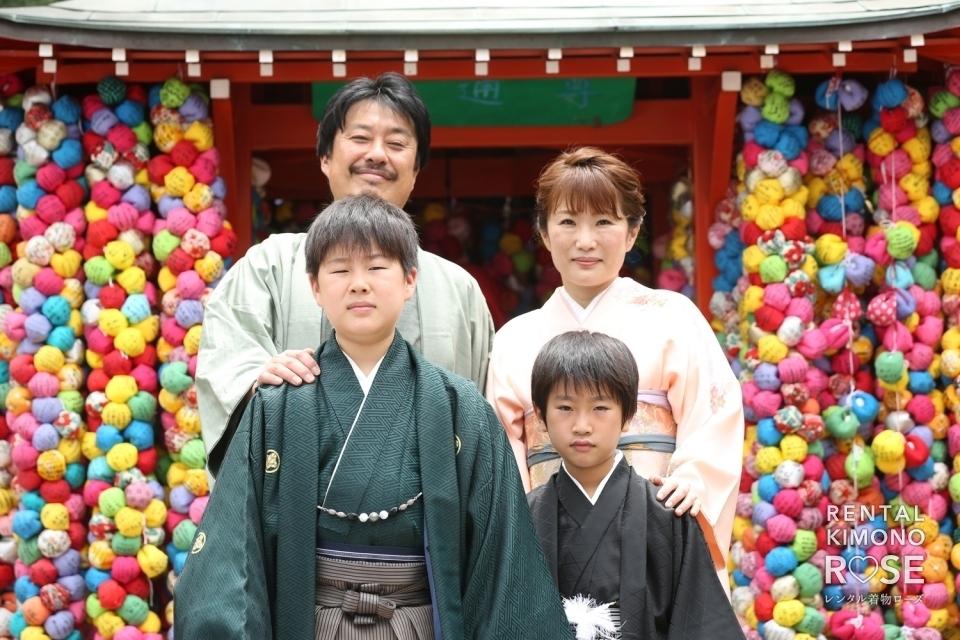 写真:京都・八坂の塔でご家族着物で揃えて小学校卒業記念ロケ撮影