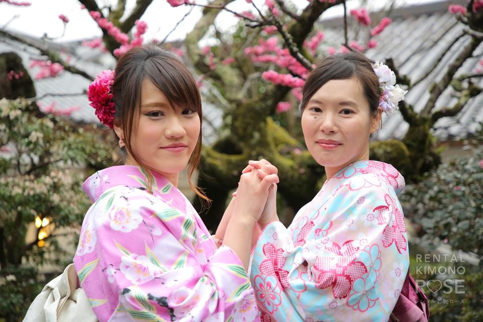 写真:梅と桜の中で艶やかな女子京都旅ロケ撮影