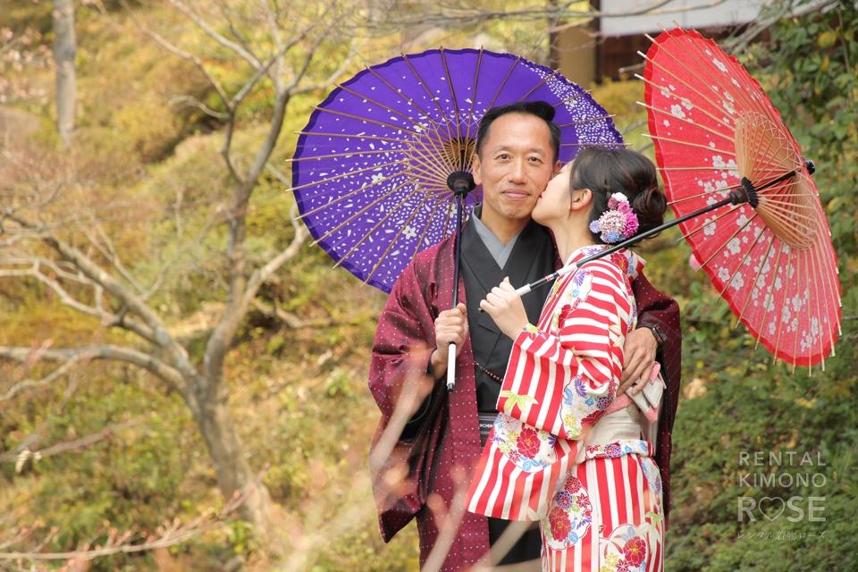 写真:国際恋愛中のお二人と桜の花咲く東山ロケ撮影