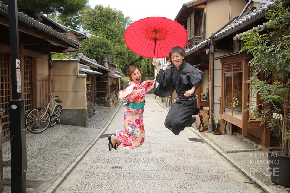 写真:元気で楽しい新婚さま!浴衣で手繋ぎデートを撮影