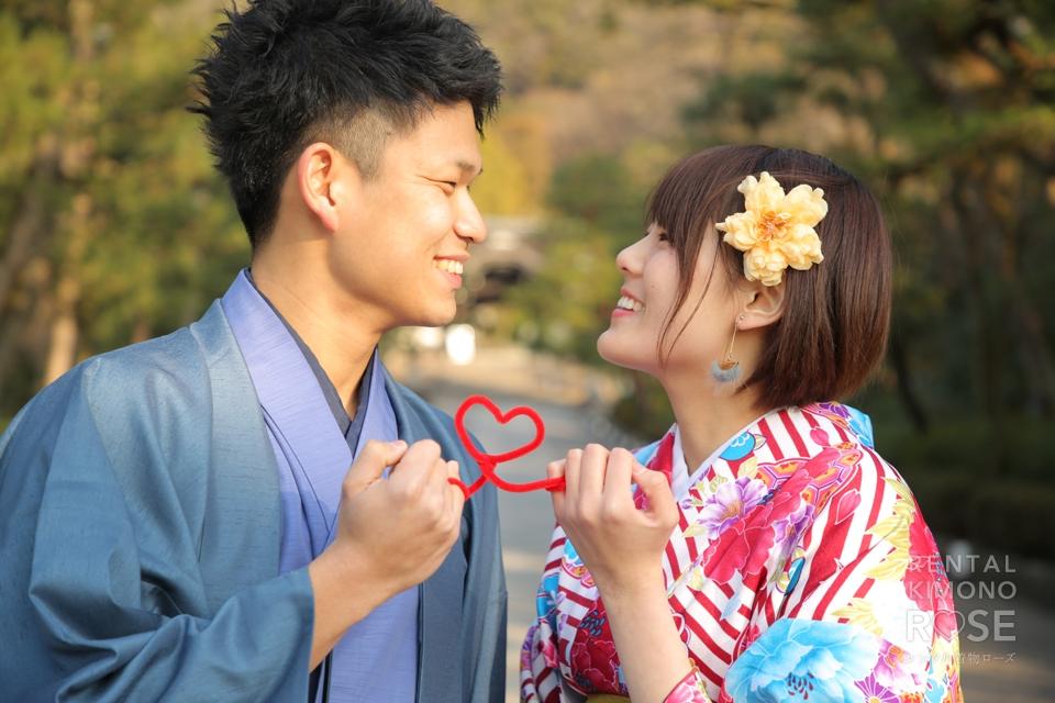 写真:赤い糸で結ばれたラブラブカップル様とロケ撮影