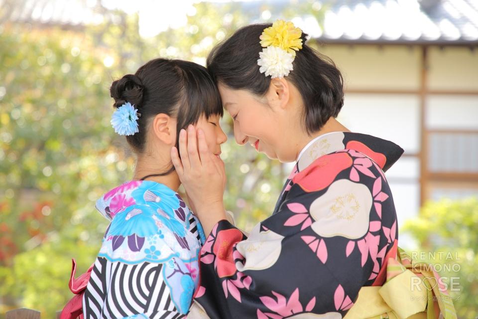 写真:桜舞い散る中、素敵な着物姿で母娘ロケ撮影