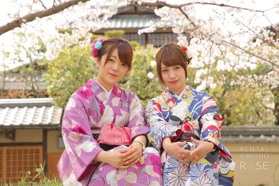 写真:仲良し女子二人で桜の中着物姿でロケ撮影