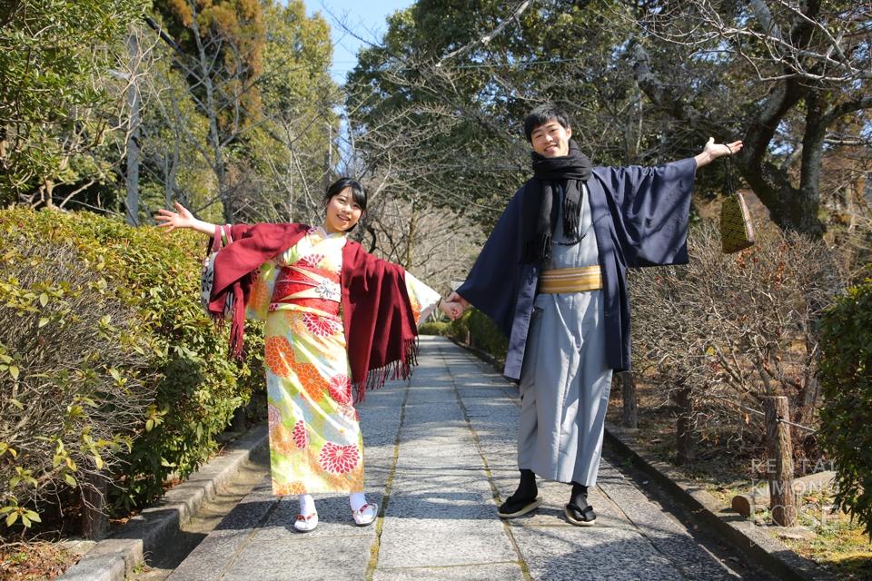 写真:青空の東山高台寺で着物姿の新婚様を撮影