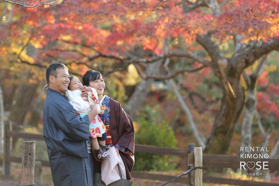 写真:紅葉の京都・円山公園でご家族様の観光ロケーション撮影