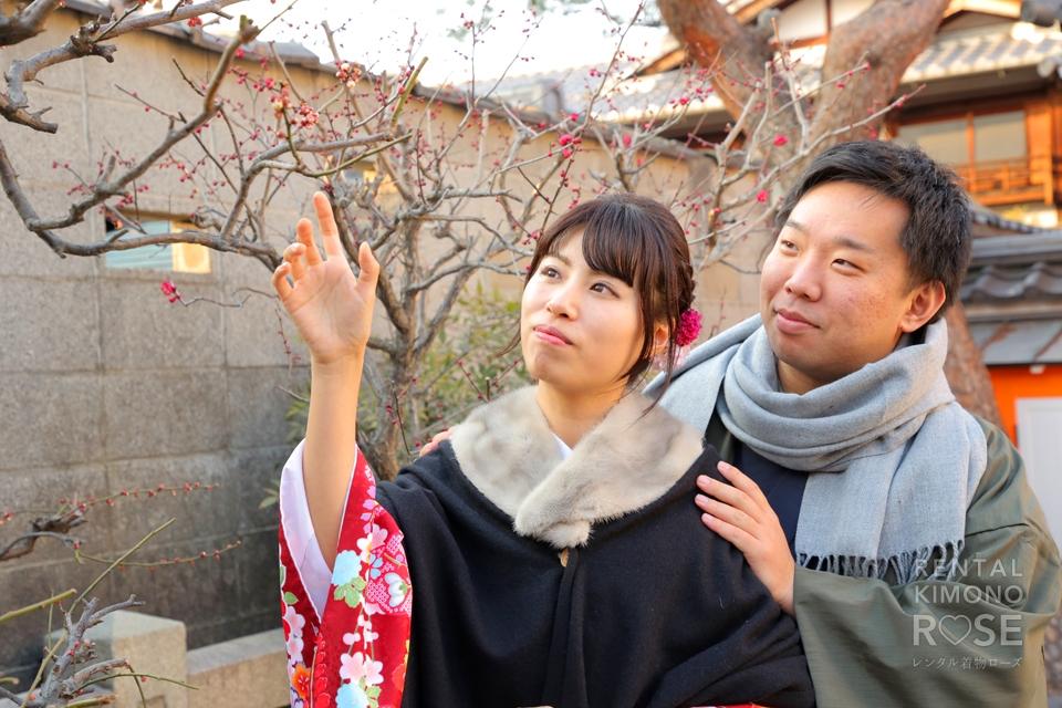 写真:可愛い梅が咲く八坂庚申堂などで新婚様とロケ撮影