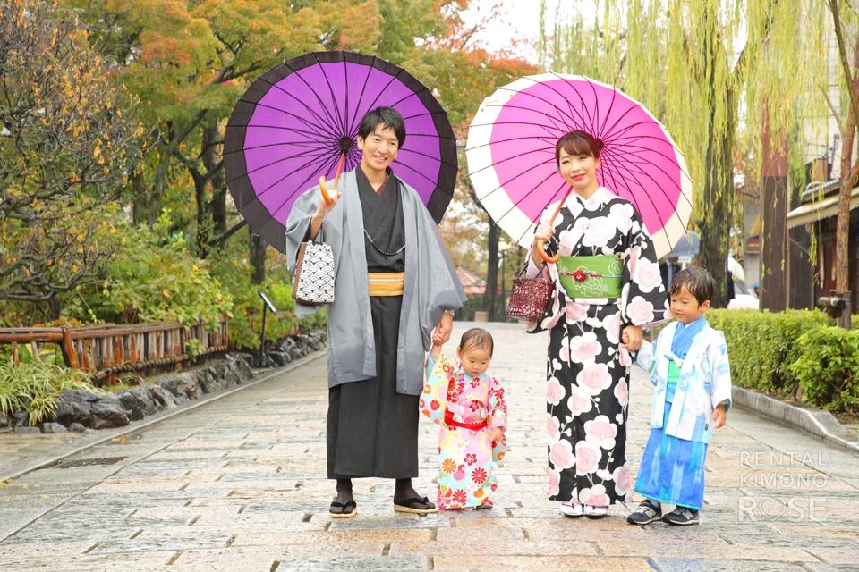 写真:雨の祇園白川を可愛いお子さまと着物姿でロケ撮影