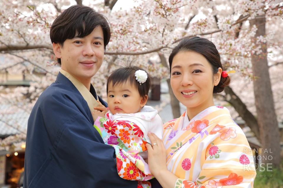 写真:着物が似合う素敵なご家族様と桜の中でロケ撮影