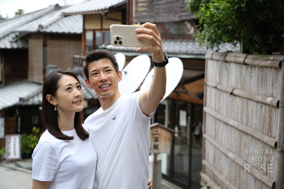 写真:京都・東山で爽やかな白Tシャツ+ジーンズのご夫婦をロケ撮影