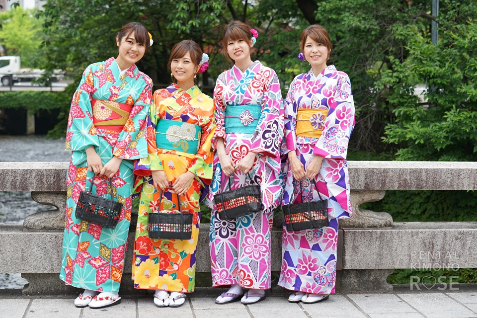 写真:仲良く祇園散策!4人女子旅でちょっと大人な着物撮影