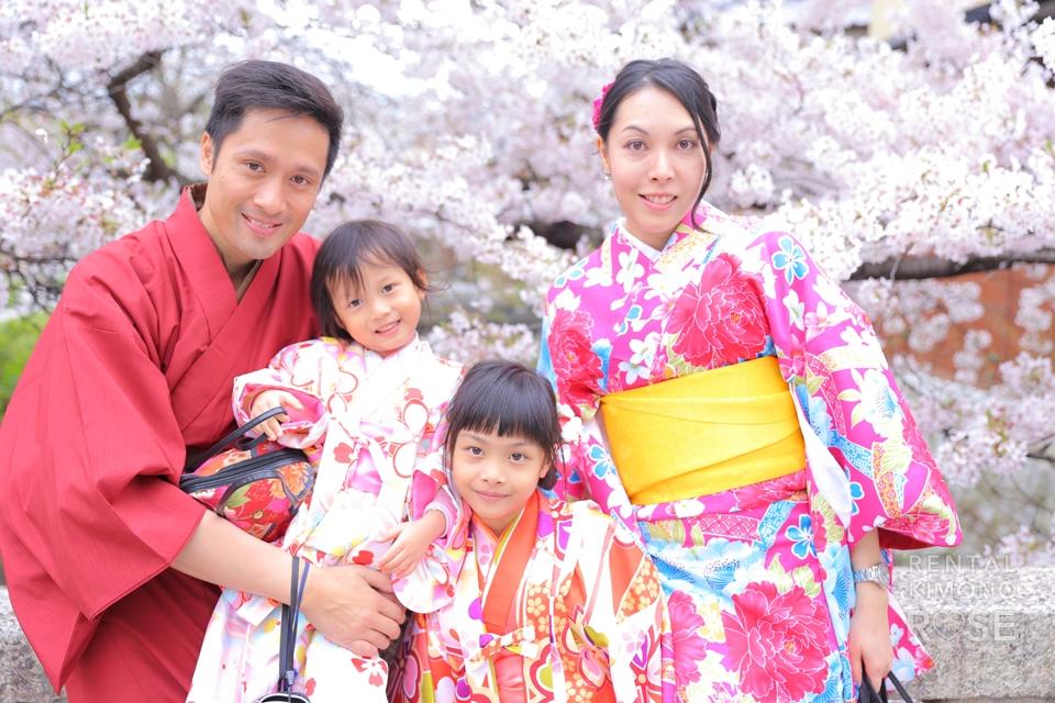写真:祇園でジャンプ!海外からのご家族着物ロケ撮影