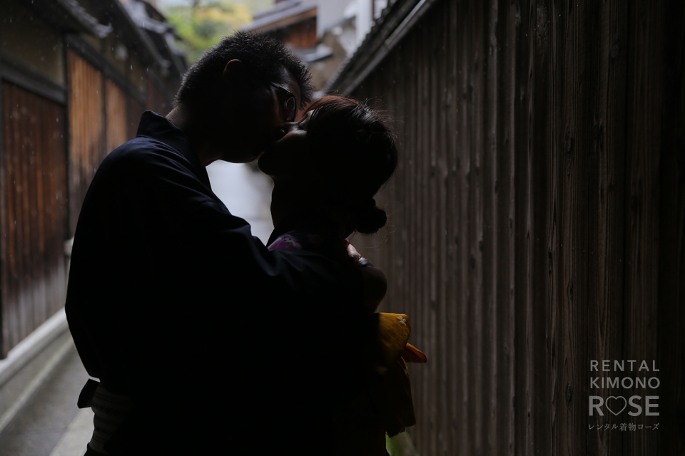 写真:ハニカミカップル様!小雨の中を着物姿で東山散策