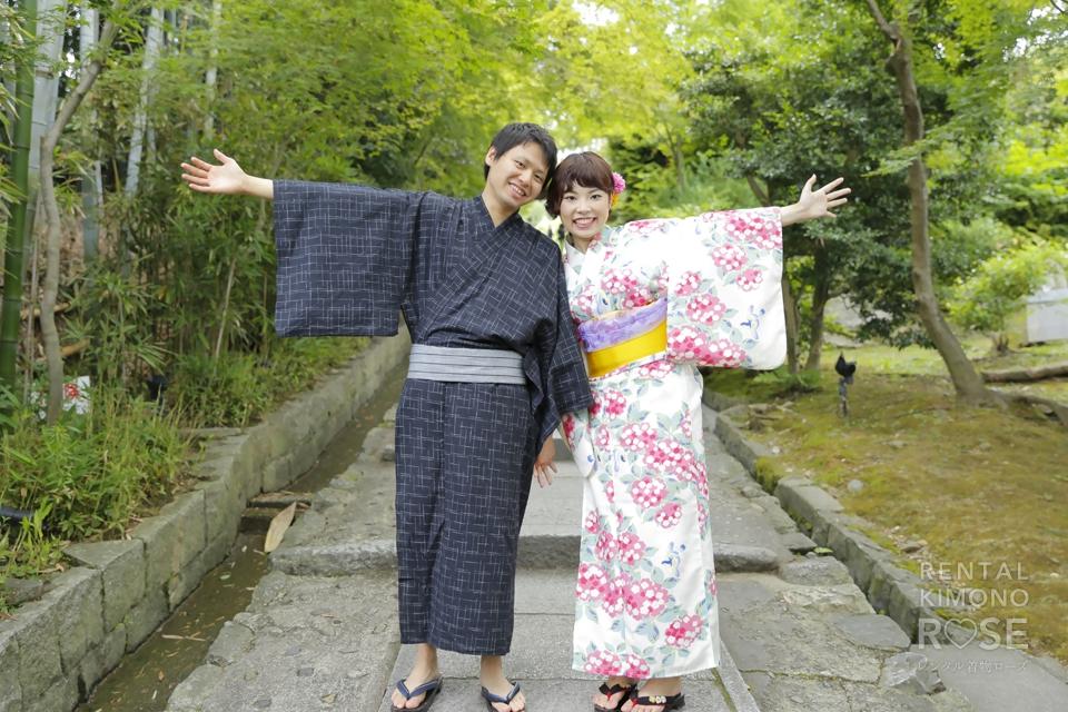 写真:白地にピンクの花柄と濃紺の浴衣で東山デート