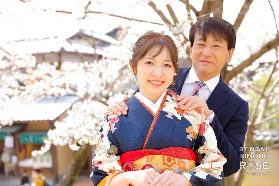 写真:桜咲く京都・高台寺公園にてお父様と成人式振袖レンタルロケ撮影