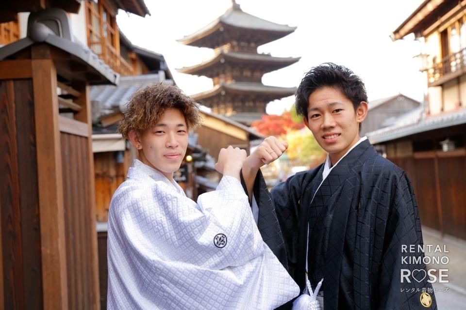 写真:成人式記念・前撮りに親戚同士で男性羽織袴レンタルロケ撮影